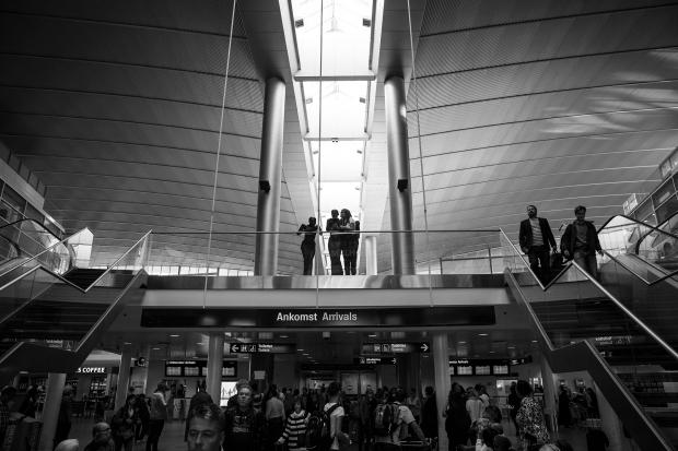 Astrid viskar till Hanne Varming- Pigerne i lufthavnen